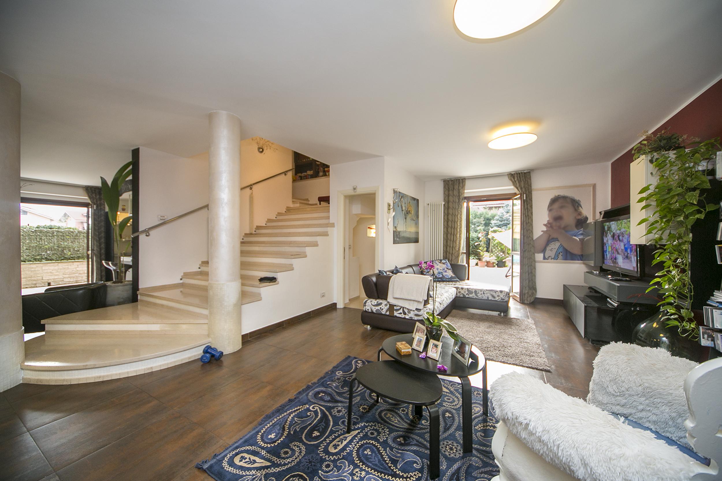 Soggiorno scala a vista idee per il design della casa for Salotto e soggiorno